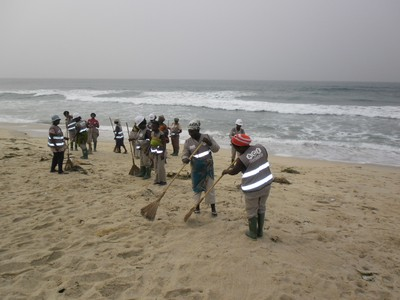 zoomlion community staff cleaning beach.jpg