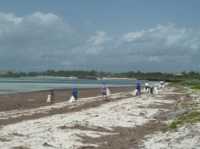 the-darakasi-beach-cleaning-team-2013-g4s-wac-and-wma-blues-1.jpg